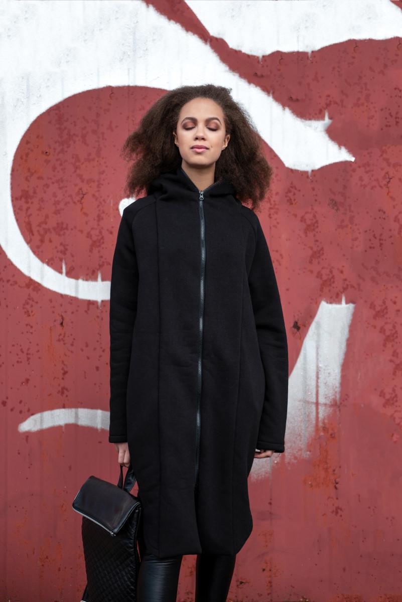 Juodas šiltas džemperis su užtrauktuku ir gobtuvu