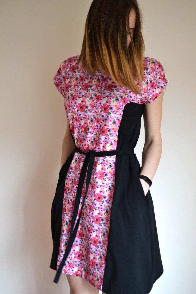Žaisminga vasarinė suknelė su gėlių raštu